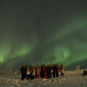 オーロラの前で集合写真 オーロラの写真 アイスランド旅行@ブループラネットツアー