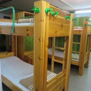 二段ベッドが標準の整備された山小屋