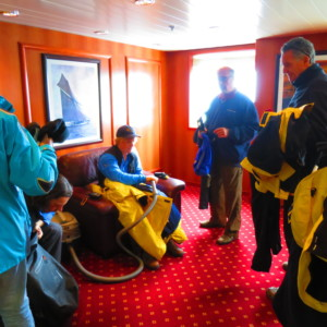 衣服の掃除機がけ 南極クルーズ船 南極・南極上陸クルーズ旅行@ブループラネットツアー