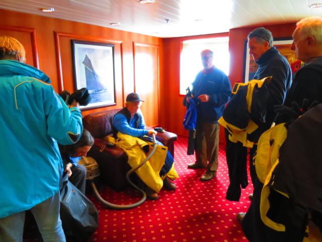 南極クルーズで行われる衣服の掃除機がけ