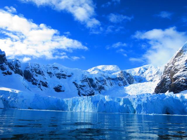 氷河が流れ込むパラダイスベイ