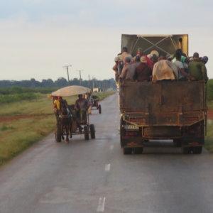 馬車と人間満載のトラック キューバ・世界遺産旅行@ブループラネットツアー