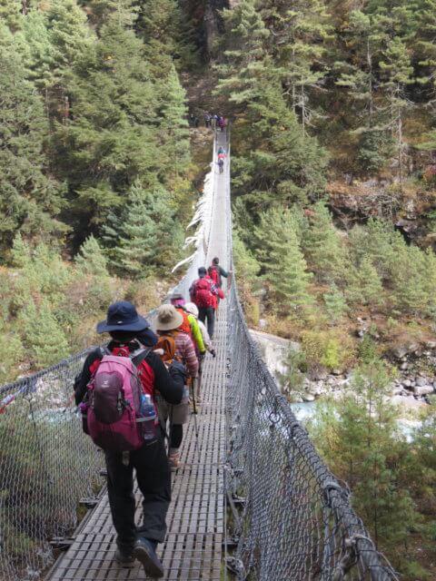 ドオドシ川の吊り橋を渡る