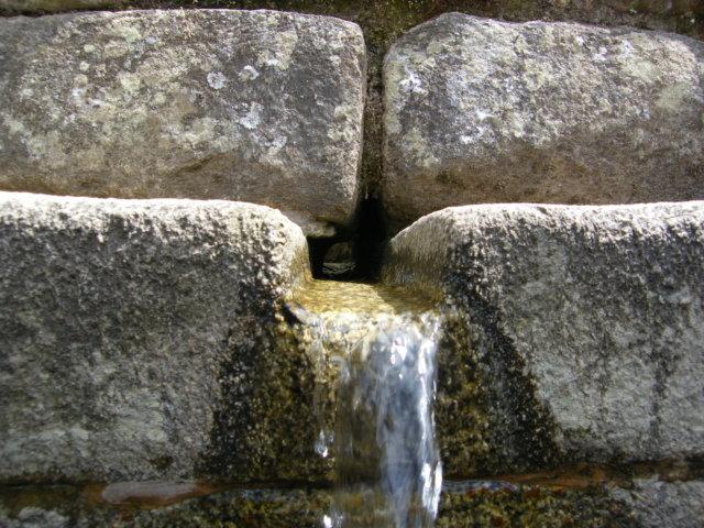 今も流れるマチュピチュ遺跡の水場