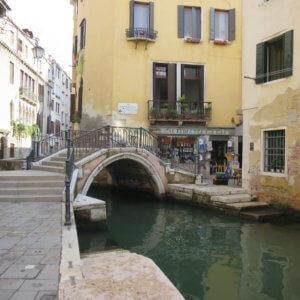 ヴェニスの街角と橋