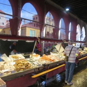 ベニスの街中の魚市場