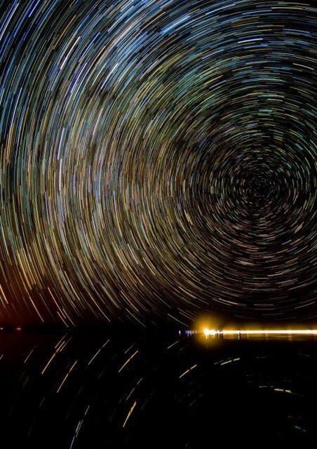 湖面に映る星の軌跡
